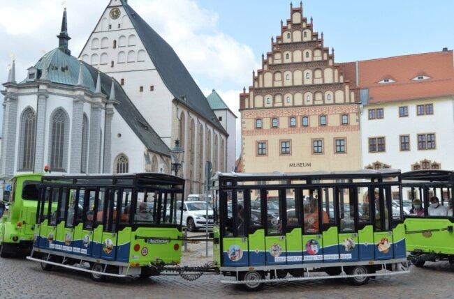 Die Silberstadtbahn mit Bahnchauffeur David Matzig und Co-Pilot Mathias Zincke startet am Freiberger Schloßplatz. Stationen auf der reichlich einstündigen Fahrt sind unter anderem Untermarkt (im Foto mit Dom St. Marien), Aschegasse, Buttermarkt (mit Stadttheater), Wasserturmstraße, Reiche Zeche, Erbische Straße und Burgstraße.