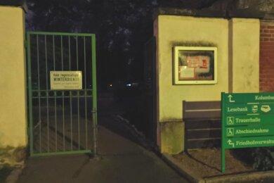 Das Nordtor des Hauptfriedhofes Zwickau kann auch nach Einbruch der Dunkelheit passiert werden.