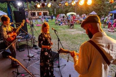 Die Musiker der Band Soul Serenade aus Rumänien, Sängerin Adelina Chivu, Gitarrist Andrei Rotariu und an der Mandoline Codrut Andrei, sorgten auf und vor der Bühne für gute Stimmung. In Coronazeiten mussten die Fans Abstand halten und durften auch nicht tanzen.