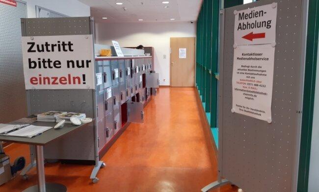 Ausleihen von Medien ist trotz Lockdown möglich. Diese werden von Bibliotheksmitarbeitern in Garderoben-Spinden bereitgestellt.