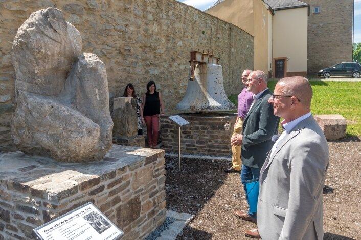 Oberbürgermeister André Heinrich (vorn rechts) hat das Lapidarium in Marienberg wieder eröffnet. Zur Schau gehört auch der steinerne Torso eines knieenden Kriegers.