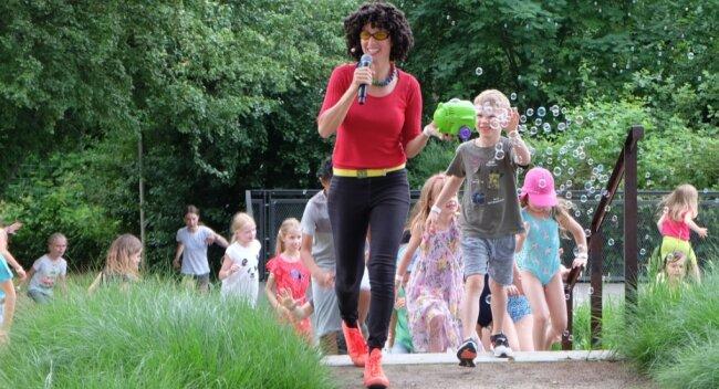 Conny Kanik sorgte beim Mitmachprogramm im Oelsnitzer Bürger- und Familienpark für Begeisterung.