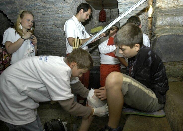 """<p class=""""artikelinhalt"""">""""Augen auf im Geisterschloss"""" hieß es für die jungen Retter im Gewölbe des Gasthofes """"Kerkermeister"""" in Auerbach. Hier sind Mitglieder der Wasserwacht Rebesgrün im Einsatz.</p>"""