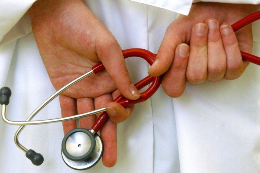 Und wieder legt ein Hausarzt in Plauen sein Stethoskop aus der Hand. Ein Nachfolger für die Praxis in Neundorf wurde bisher nicht gefunden - trotz Prämie, mit der die Kassenärztliche Vereinigung wirbt.