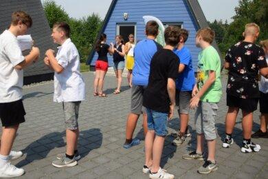 Sprache lernen mit Bewegung. Nach der Begrüßung im Euregio-Sommerlager traten die Sprachanimateurinnen (Mitte) in Aktion und zeigten den Teilnehmern spielerische Übungen.
