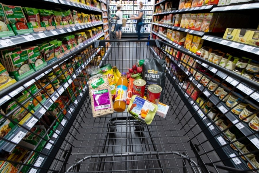 Was darf im Lockdown in den Einkaufswagen - nur Lebensmittel oder auch andere Artikel? Landesregierung und Kreisverwaltung widersprechen sich bei den Corona-Regeln für Supermarkt- und Drogerieketten.