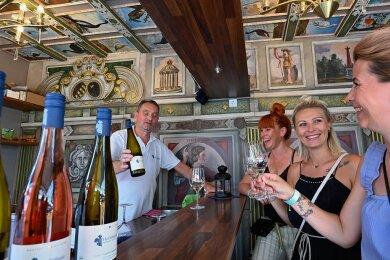 Weinverkäufer Olaf Pietzsch präsentiert in Chemnitz seine Produkte: Nadine Grulich, Julia Junghans und Nancy Hermann (v. l.) genießen die edlen Tropfen. Gewerbetreibende und Gäste waren froh, dass die Veranstaltung stattfinden konnte.