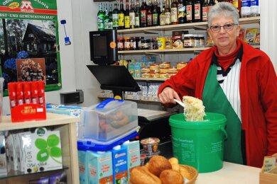 Ein Bild, das vom Lebensmittelgeschäft an der Schleizer Straße in Erinnerung bleiben wird: Dagmar Röder schöpft das begehrte Geilsdorf-Sauerkraut aus Markneukirchen für ihre Kundschaft aus dem grünen Eimer.