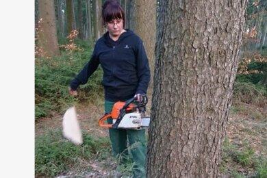 Rebecca Zilian beim Fällen des künftigen Zunftbaumes.