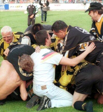 Einer der Höhepunkte der vergangenen 25 Jahre: Der VFC Plauen wurde am 2. Mai 1999 nach einem Sieg gegen Erzgebirge Aue Sachsenpokalsieger. Der Jubel war unbeschreiblich.