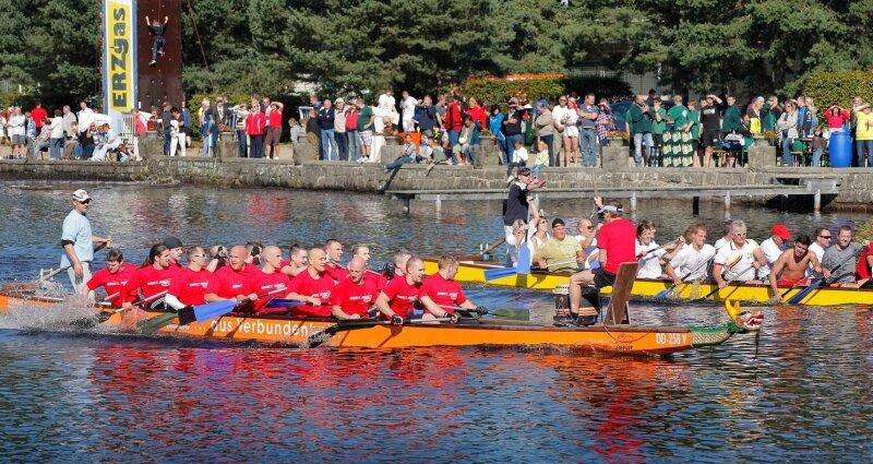 """Beim Drachenbootrennen auf dem Filzteich in Schneeberg sind insgesamt 21 Teams an den Start gegangen. Hier im Bild zu sehen das """"Body Boot"""" des Schneeberger Vitalcenters vor """"Vikings Herten"""" aus der Schneeberger Partnerstadt."""