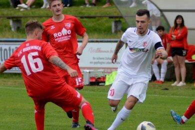 Kenneth Mierendorf (rechts) traf beim 5:1 seines FSV Treuen beim 1. FC Rodewisch gleich drei Mal.