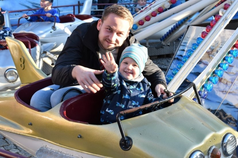 Der Thumer Simon Schubert hatte beim Babyflug-Fahrgeschäft mit seinem Sohn Alfred viel Spaß.