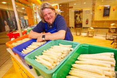 """Thomas Hergert hat eine Vorliebe für wohlschmeckendes Gemüse - dessen Verkauf sei sein """"Corona-Job"""", wie der Jocketaer sagt. Früher war der Musiker mal Koch und betrieb eine eigene Gaststätte."""