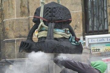 Um die Krone transportfertig zu machen, mussten Mörtelreste von der Unterseite abgeschliffen werden.