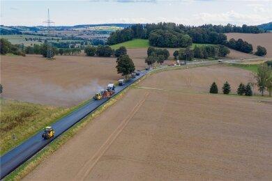 Die Arbeiten auf der Bundesstraße 101 zwischen Annaberg-Buchholz und Thermalbad Wiesenbad dauern etwas länger als geplant. Laut Landesamt für Straßenbau und Verkehr sollen sie in der Woche vom 21. bis 26. September abgeschlossen werden.