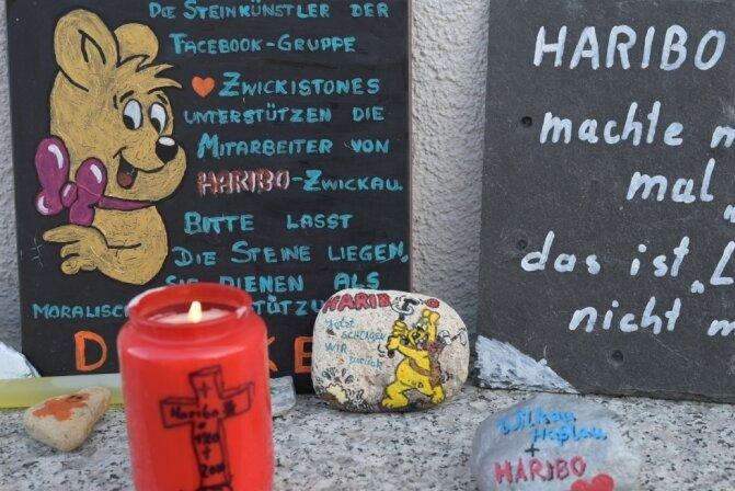 Vor dem Werk haben Mitarbeiter und Kunden Kerzen und bemalte Steine aufgestellt.