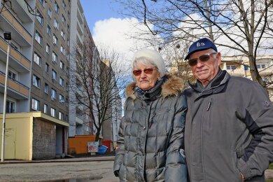 Gisela (84) und Eberhard (86) Delling wohnen in einem Plattenbau an der Neuplanitzer Straße. Sie und die anderen Mieter werden regelmäßig durch Feueralarme aufgeschreckt.