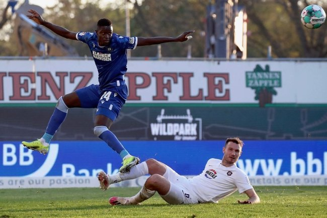 Im April stürmte Babacar Gueye (li.) noch für Karlsruhe gegen den FC Erzgebirge und Florian Ballas (re.). Jetzt sind beide in Aue Teamkollegen.