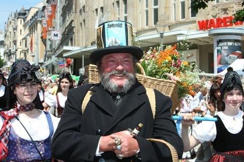 Ein Plauener Original: Dr Blumme-August. Jürgen Albrecht schlüpfte gestern damit in die gleiche Rolle wie sein Vater Heinz beim ersten Spitzenfestumzug in Plauen, der im Jahr 1955 über die Straßen ging.