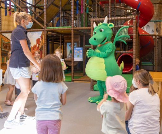 Vivien Schreiter und Drache Fips freuen sich, in der neuen Spielscheune mit ihren Attraktionen endlich kleine Gäste begrüßen zu können.