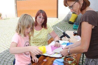 Katrin Wunderlich (M.) bastelte mit ihrer zehnjährigen Tochter Lara Sophie unter Anleitung von Heike Theuring.