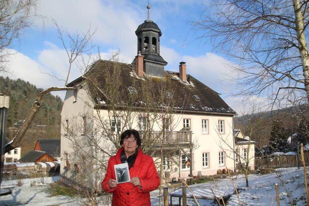 Heutige Rückansicht der alten Hennersdorfer Schule: Lore Ullmann besitzt noch ein Foto von ihrer Einschulung 1938.
