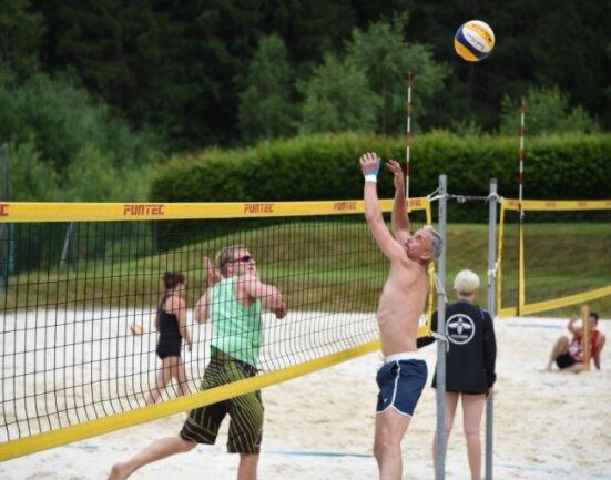 Für Matthias Hanitzsch (links) und André Glöckner (rechts) ging es in Adorf um den Tagessieg sowie um Punkte für die Vogtland-Beachcup-Serie, die am 24./25. Juli in Reichenbach fortgesetzt wird.