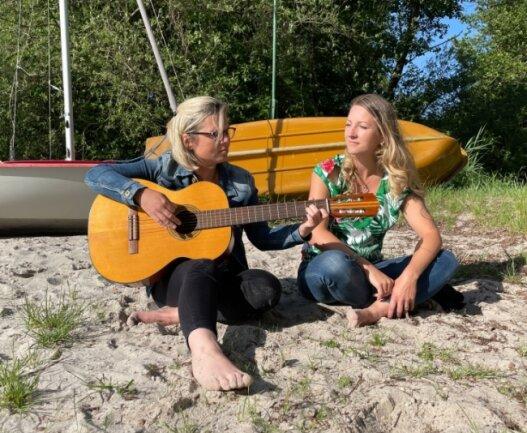 Madeleine Wagner-Mahn (links) und ihre Schwester Jenny Küther haben sich für den MDR an ihre Sommer erinnert, die sie an der Müritz verbracht haben. Am Donnerstag ist die Sendung zu sehen.