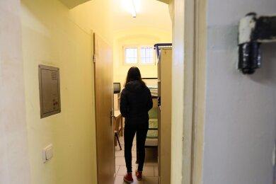 Tag der offenen Tür im Zwickauer Gefängnis: Eine Besucherin besichtigt eine Zelle.