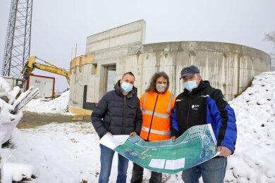 Planer Ralf Bauer, Bauleiter Uwe Klein und Jens Heinzig vom Trinkwasserversorger RZV (von links) treffen sich auf dem Pfaffenberg, um die Lage beim Bau des neuen Hochbehälters zu besprechen.