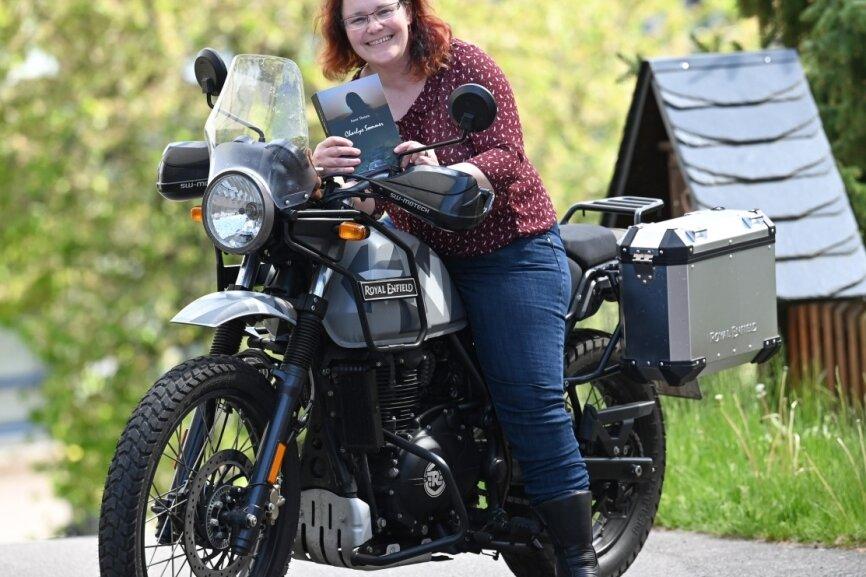 Anett Theisen aus dem Claußnitzer Ortsteil Markersdorf sitzt auf ihrem Motorrad, einer Himalayan der Marke Royal Enfield. Über die Leidenschaft des Motorradfahrens, die vielfältigen Wege des Lebens und eine Dreiecksbeziehung hat die 41-Jährige ihren ersten Roman geschrieben, den sie in den Händen hält.