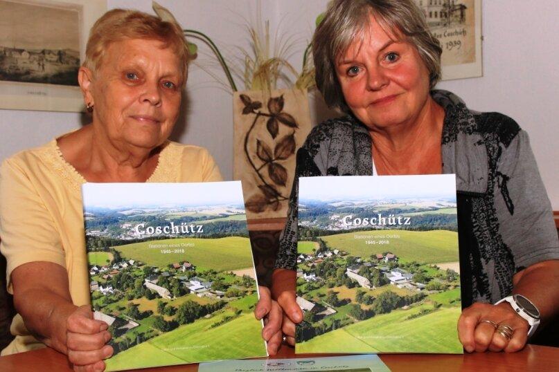 Nach zwei Jahren halten Renate Wolf (links) und Gabriele Hentschel das fertige Buch in den Händen.
