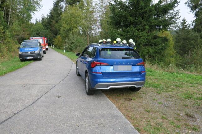 Mithilfe eines Feuerwehrfahrzeugs wurde der Wagen zur Straße hinaufgezogen.