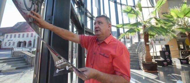 Der Service der Stadthalle in Limbach Oberfrohna ist im Gegensatz zum Veranstaltungsbereich geöffnet. Trotz vieler Ungewissheiten muss und will sich Haus-Chef Wolfgang Dorn um die Planungen für das nächste Jahr kümmern.