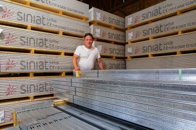 Guntram Voitel ist Eigentümer von mehreren Wohnanlagen in Plauen. Für sein derzeitiges Neubauprojekt hat er in einer Scheune tonnenweise Material eingelagert, um sich gegen steigende Preise zu wappnen.