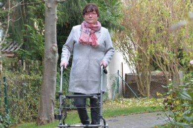 Kerstin Schirmer mit ihrem Rollator nahe ihrer Wohnung in Freiberg. Weite Strecken kann sie wegen ihrer Krankheit zu Fuß nicht bewältigen.