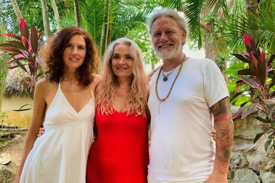 Mario Goldstein hat für sich das Palmenparadies entdeckt. In Mexiko baut er ein spirituelles Hotelprojekt auf - an seiner Seite Maria Blumencron (links) und Malou Schaller, die derzeit vor Ort mit dem Aufbau begonnen haben.