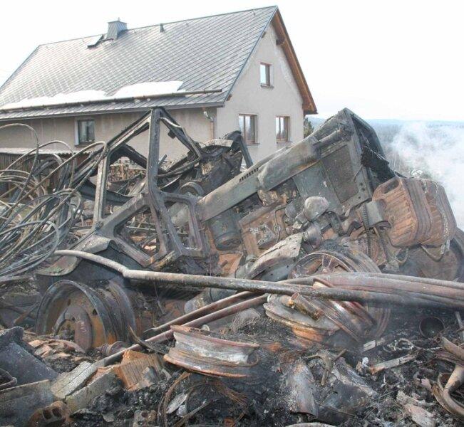 Nur ein Haufen Schrott blieb von dem Traktor übrig, der am Sonntag mit einer Scheune in Schnarrtanne verbrannt ist.