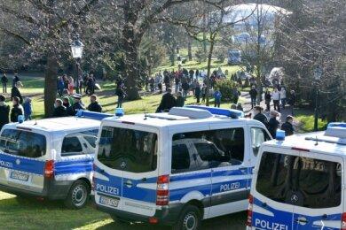 Die Polizei hatte am 26. April nach eigenen Angaben etwa 120 Beamte in Freiberg im Einsatz. Gegen 19.30 Uhr seien fünf Störer gestellt und etwa wegen Sachbeschädigung und verfassungswidrigen Symbolen angezeigt worden.