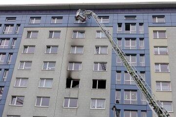 Drehleitereinsatz am Rosenhof. Ineiner Wohnung dieses Blocks hat es am Montagmorgen gegen 8.30 Uhr gebrannt.