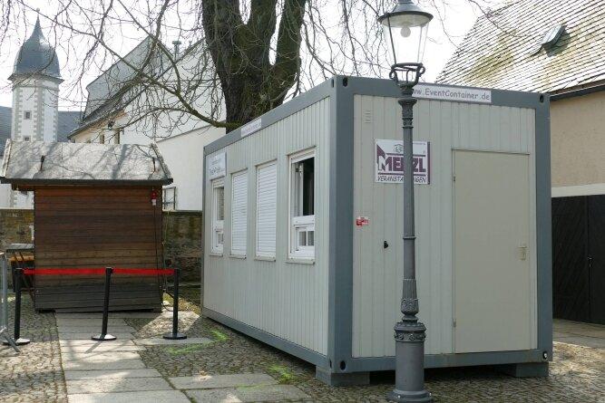 """Die Teststation am Schloss - das Herz des """"Covid-Ex""""-Projekts - arbeitet schon. Am Dienstag ließen sich 120 Menschen testen."""