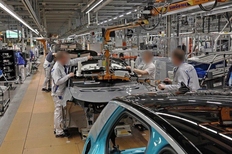 Teamarbeit bei der Endmontage des Elektroautos VW ID3 in Zwickau. Was passiert, wenn hier Mitarbeiter mitMigrationshintergrund hinzukommen?