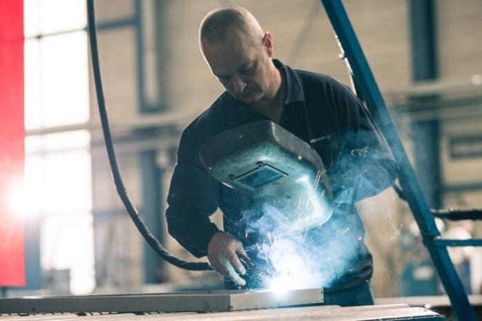 Ein Schweißer bei der Firma Meiser Vogtland in Oelsnitz. Das Unternehmen schuf seit Anfang 2019 rund 100 Arbeitsplätze in der Fertigung.