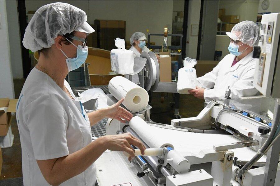 Antje Rumpel (im Vordergrund) gehört seit der Gründung von Profümed im Jahr 1997 zu den Mitarbeitern. Sie ist an der Anlage für die Tupferfertigung tätig.