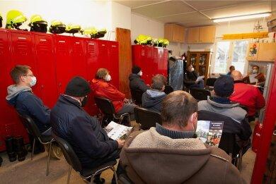 Nach der Ortsbegehung mit Vertretern der Stadtverwaltung fand am Mittwoch die weitere Ortschaftsratssitzung im Zwoschwitzer Feuerwehrhaus statt. Die Feuerwehr freut sich, ein eigenes Auto zu bekommen.
