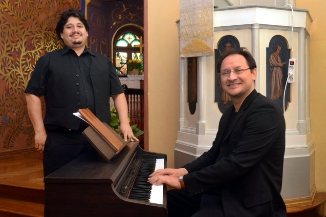 Gonzalo Diaz (links) und Benjamin Stielau eröffneten am Freitagabend mit einem einstündigen Konzert in der Kirche die diesjährige Rützengrüner Kirmes. Viel mehr Live-Musik gab es dieses Mal nicht.