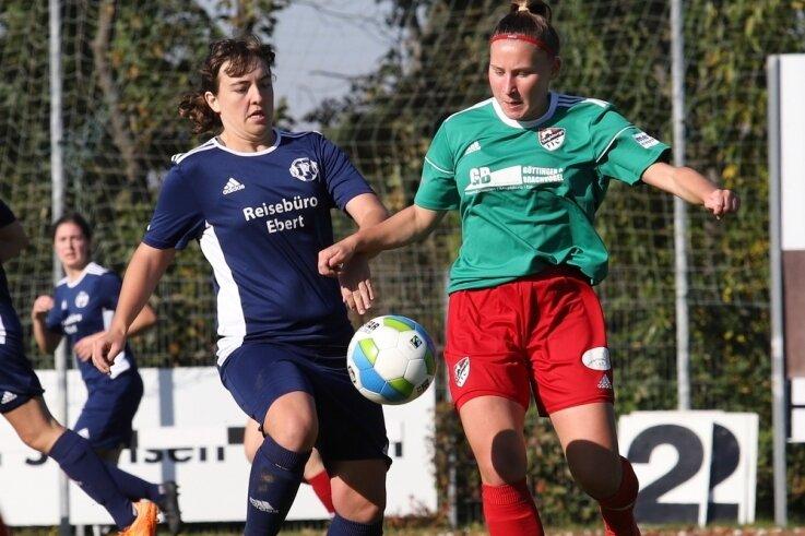 Die Zwickauer Torschützin Daniela Mittag (links) im Zweikampf mit Anna Hornetz vom Magdeburger FFC.
