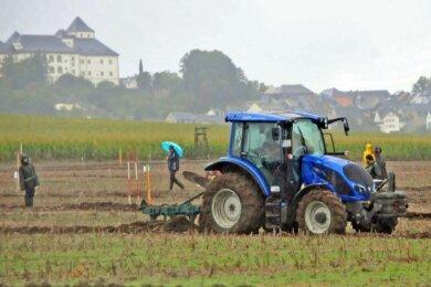 Am Fuße der Augustusburg ist am Samstag die Regionalmeisterschaft des Erzgebirges im Leistungspflügen über den Acker gegangen.