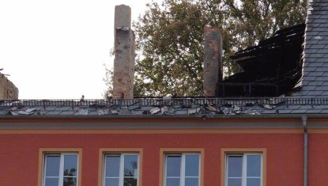 Das Dach des Mehrfamilienhauses ist weg. Vor dem Winter soll ein neues drauf, so Oberbürgermeister Mario Horn (CDU) am Freitag.